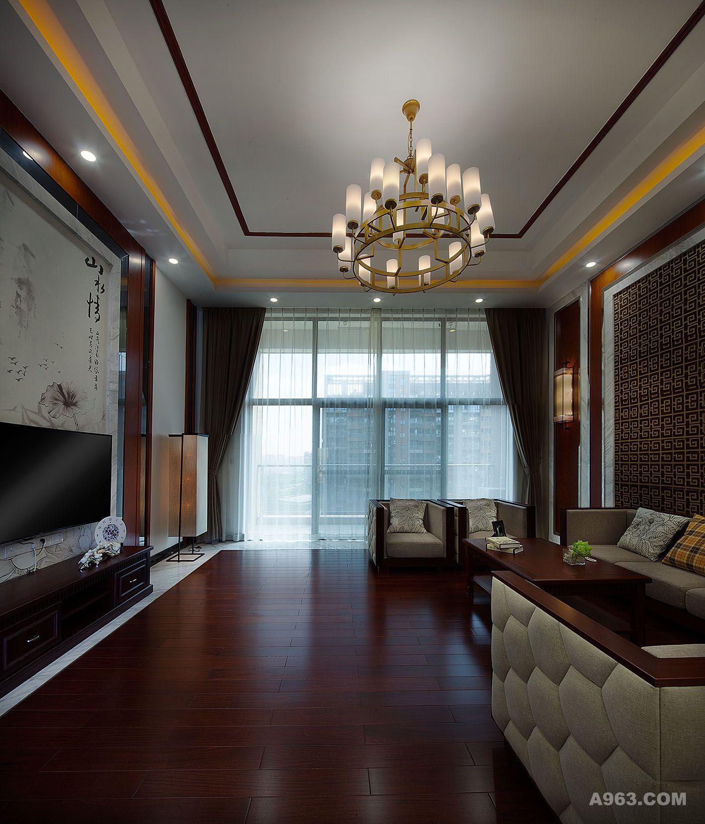 客厅电视主景整体用四条简易木柱排列,两边留白弱化掉门洞的存在,中间